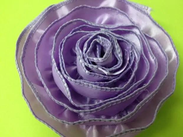 단순한 가장자리가있는 테이프에서 간단한 장미