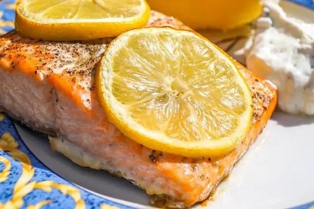 Лимон қосылған форель стейк