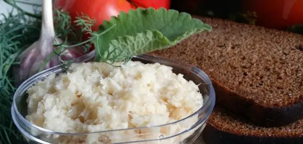 Table horseradish, prepared on this recipe, can not be stored for a long time. Such a sauce can be prepared immediately before the holiday.