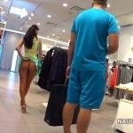 Image Morena andando sem calcinha no Shopping e exibindo seu belo rabo