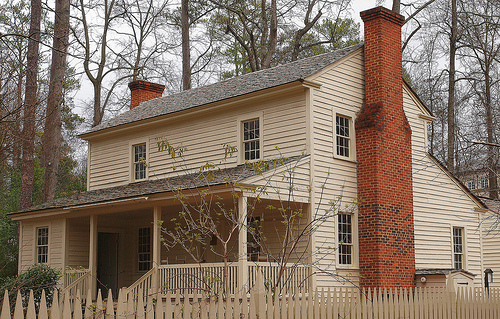 Tullie Smith Farmhouse in the Atlanta History Center. Image via Flickr by Jim Bowen