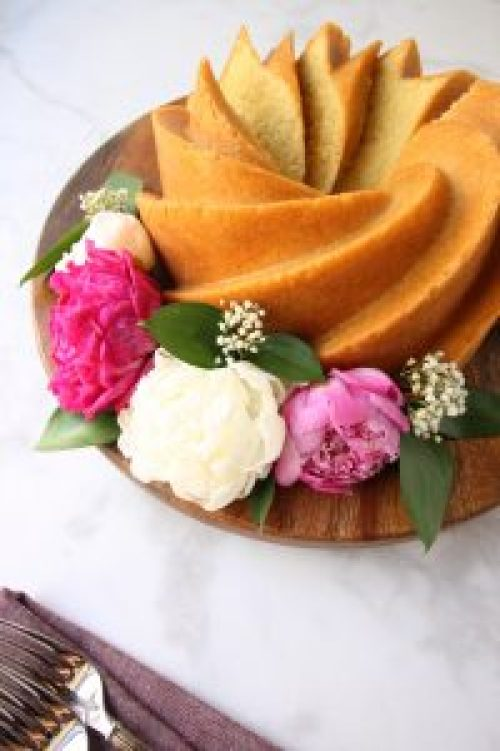 How to Decorate Cakes with Flowers for Mother's Day