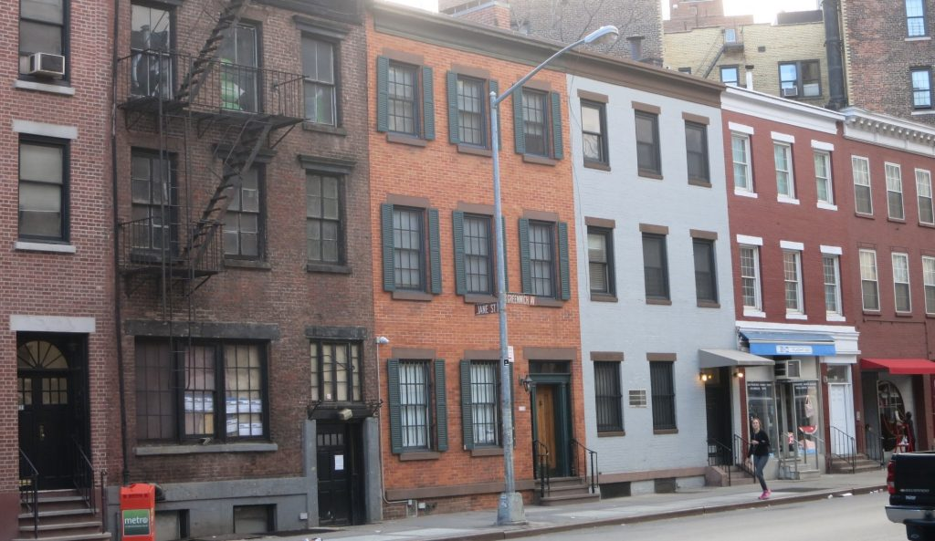 a row of pretty buildings in New York City