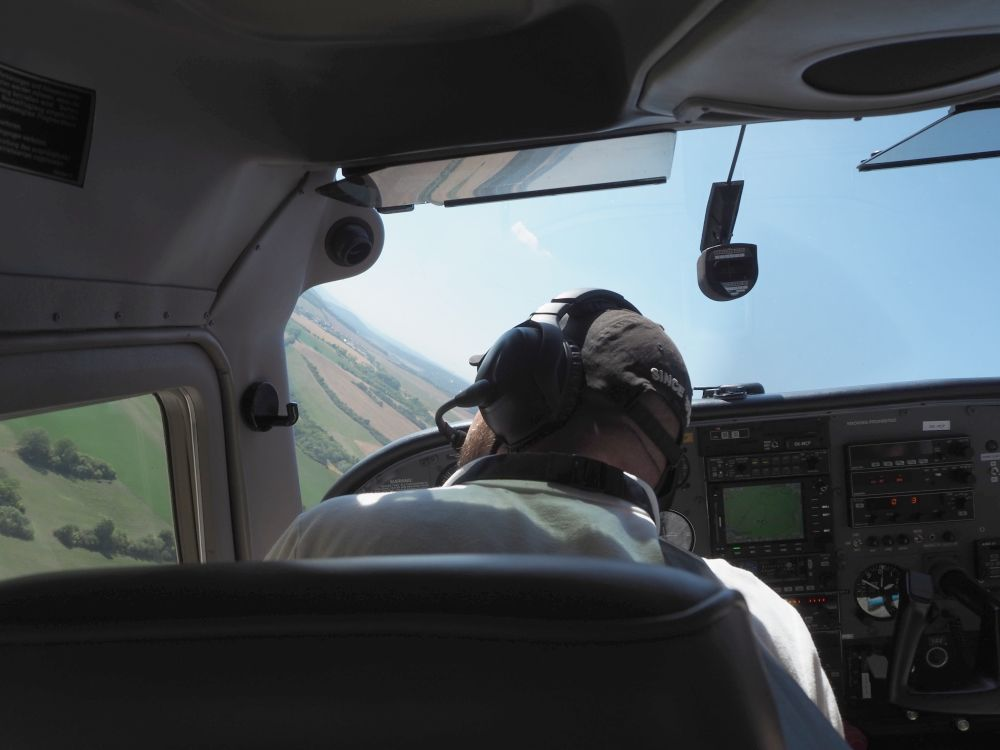 I snapped this picture of the pilot while we were banking at one point, to give you an idea of the angle I'm talking about. At that moment, he seemed to be looking for something in the left distance or aligning to it or something.