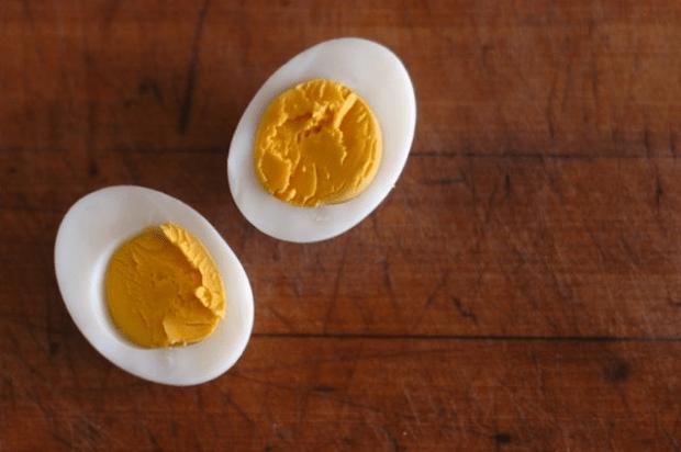 How to peel fresh eggs - Clean. www.lusaorganics.typepad.com