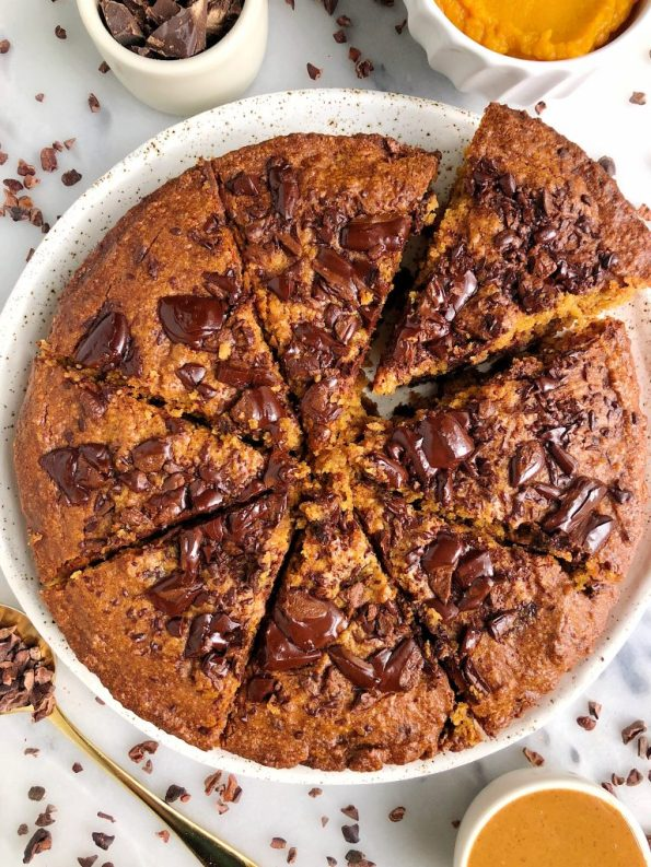 Paleo Pumpkin Chocolate Chunk Cookie Cake made with gluten-free ingredients for a naturally sweetened, dreamy pumpkin cookie recipe!