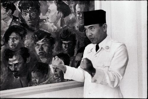 "Bung Karno di depan lukisan ""Kawan-kawan Revolusi"". sumber: archive.ivaa-online.org"