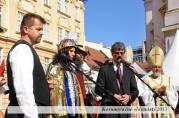 Ochutnávanie frankovky kráľovským sprievodom. Vľavo starosta Rače Peter Pilinský, vpravo primátor Milan Ftáčnik
