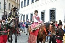 Kráľovský korunovačný sprievod v uliciach Bratislavy.