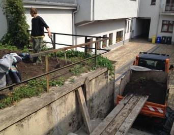Zem z výkopu odvážala do hornej časti záhrady multikára, ktorú uvoľnil miestny úrad Bratislava - Rača aj s ochotným šoférom pánom Závodským