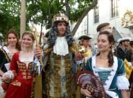 Kráľ Karol VI. po korunovácii a jeho dámska spoločnosť.