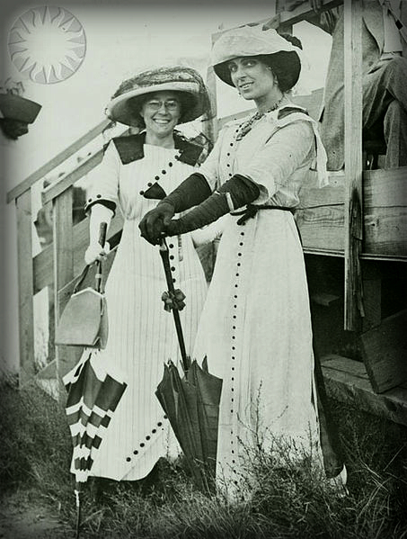 2-Portrait_of_Matilde_Moisant_(left)_and_Harriet_Quimby_(right)_Circa_1911-1912