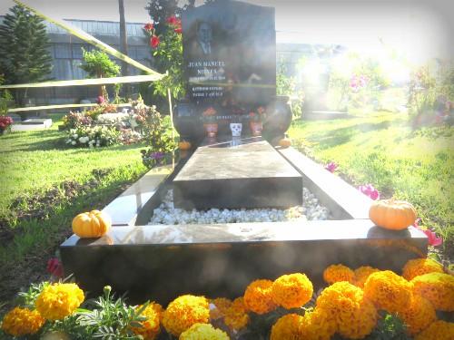 Catrina Skull: Los Angeles Hollywood Cemetery, Day of the Dead Altar. Image: B. Rose Media.