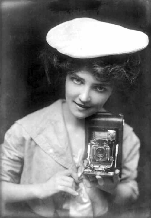Kodak Girls, 1909. Image: Wikimedia Commons.