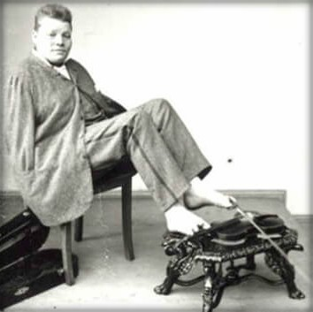 Armless Wonder, Carl Unthan With Fiddle 1848-1929. Image: Wikipedia.