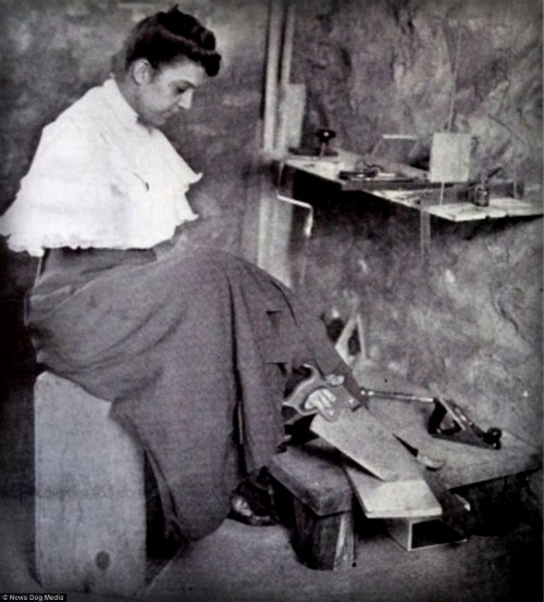 Armless Wonder Kittie Smith Doing Carpentry. Image: Library of Congress.