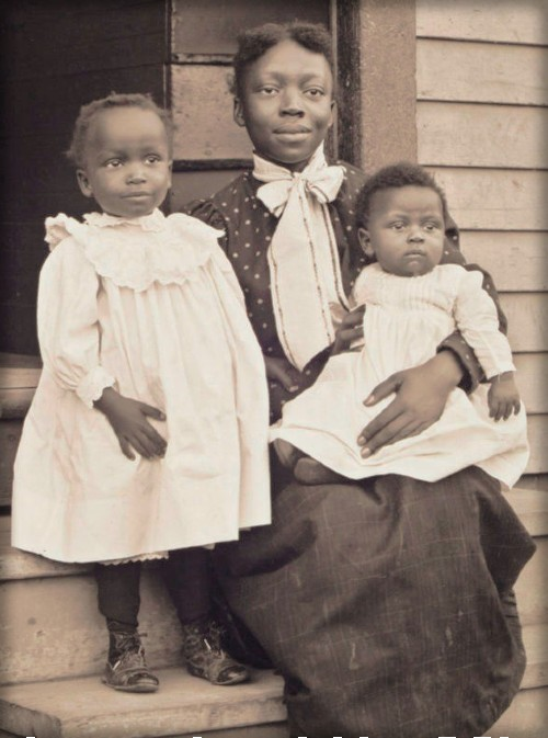 William Bullard Photo of Angeline Perkins and Her Children Nellie and William, c.1900. Image: courtesy of Frank Morrill, Clark University and the Worcester Art Museum.