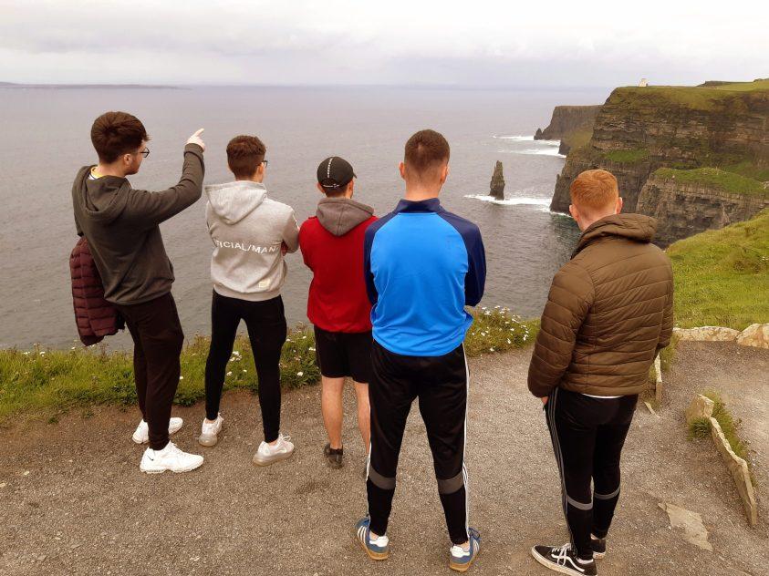 Jeunes irlandais face aux falaises de Moher