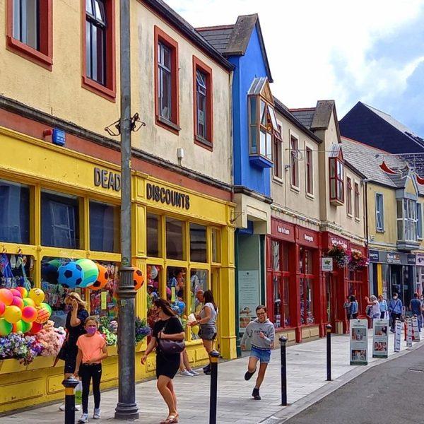 Façades colorées town ville d'Irlande