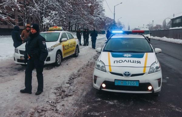 В Киеве вооруженный подполковник СБУ угнал такси — СМИ (ФОТО)