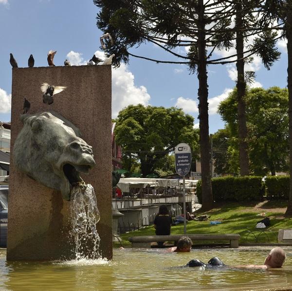 Refrescando na praça Garibaldi - Curitiba