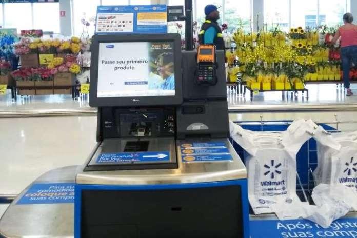 Caixas tradicionais de supermercado começam a dar lugar a terminais em que o cliente registra, empacota e paga compras sem interação com humanos foto: divulgação