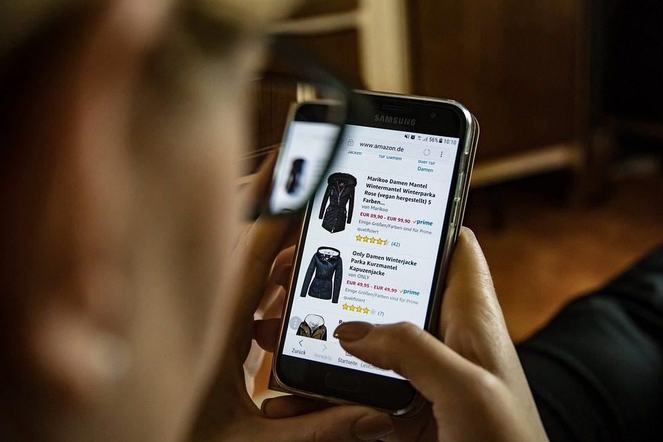 O comércio eletrônico coloca o processo de consumo literalmente nas mãos dos consumidores.- foto: Pixabay