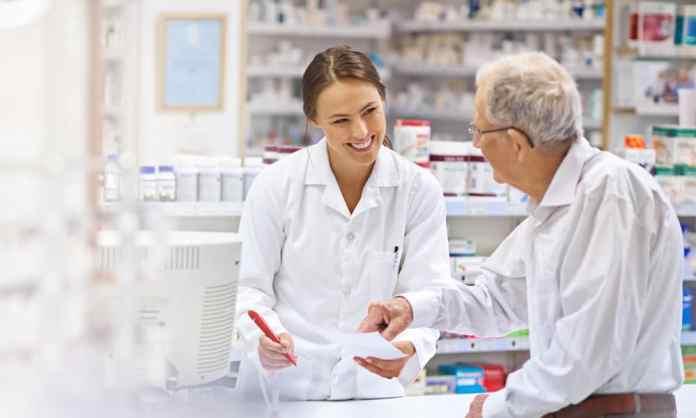 farmaceutica atende cliente masculino em balcão de farmácia - foto: divulgação