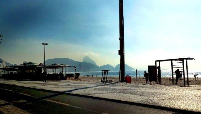 praia vazia no litoral do Rio de Janeiro por causa da pandemia