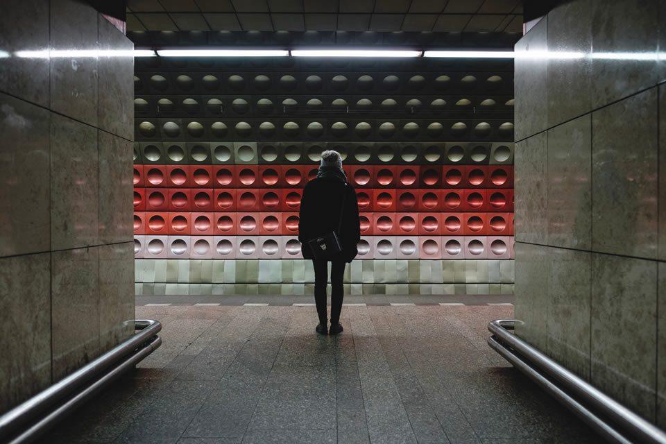 futuristas - homem no metro de praga simbolizando alternativas de caminhos para o futuro - Photo by Jonas Jacobsson on Unsplash