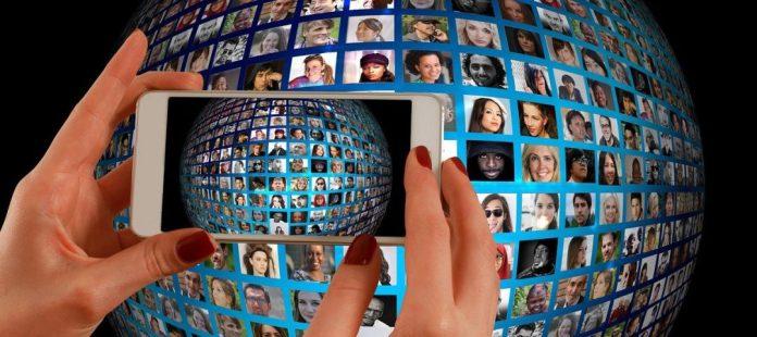 conversas sobre o futuro ilustracao smarphone conectado a computadores em um globo - Imagem de <a href=