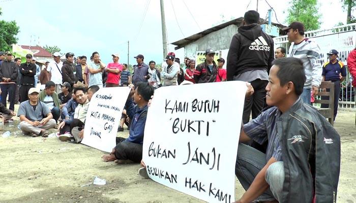 Ratusan Buruh Blokade PT Tossa