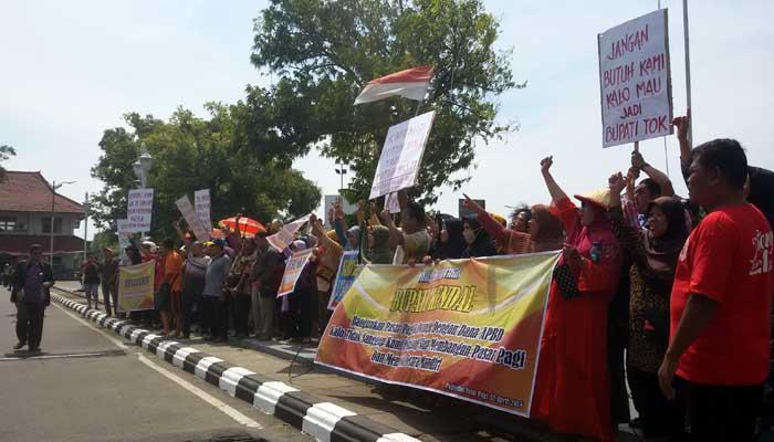 Kecewa, Ratusan Pedagang Demo