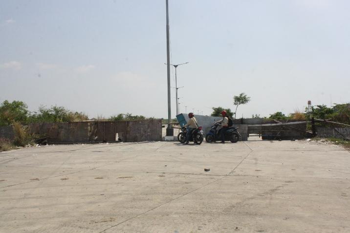 Akses Jalan ke Pelabuhan Niaga Ditutup