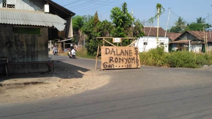 Protes Jalan Rusak, Warga Blokir Jalan dari Akses Kendaraan Berat