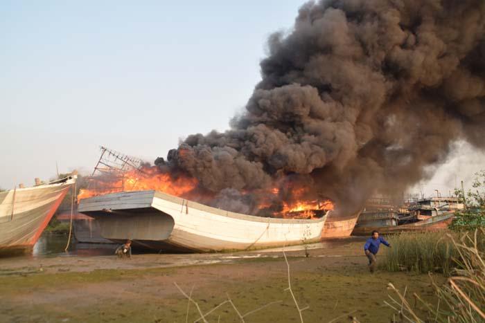 Gara-gara Las, Lima Kapal Bernilai Milyaran Rupiah Terbakar