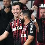 Atlético-PR vence com facilidade e empurra o Santos para o Z-4