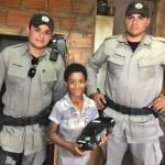 Policiais militares flagram menino de 6 anos procurando material escolar no lixo