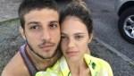"""""""O primeiro nosso de casados"""", diz Chay Suede após curtir primeiro noite de Lolapalooza ao lado de Laura Neiva"""
