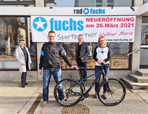 Mario Wallner mit Wolfgang Fuchs vor dem Geschäft.