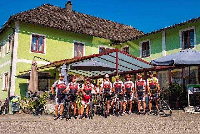 Radlergruppe vor dem Gasthaus Peilsteinblick.