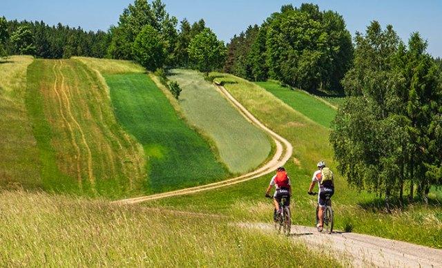 Zwei Mountainbiker in typischer Landschaft des Waldviertels.