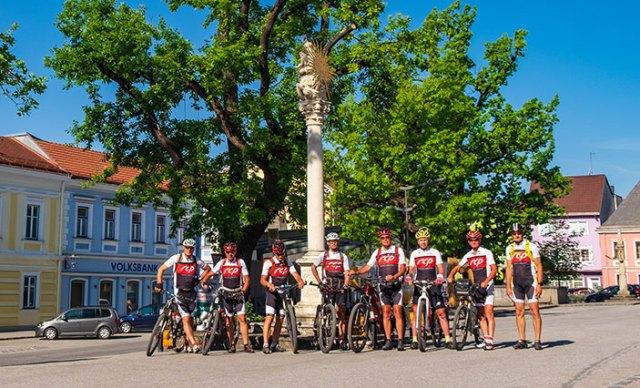 Gruppe von Radfahrern am Marktplatz von Groß Gerungs.
