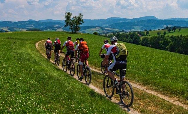 Gruppe von Radfahrern auf Schotterweg.