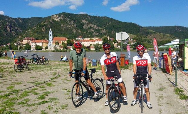 Radfahrer vor Dürnstein in der Wachau.