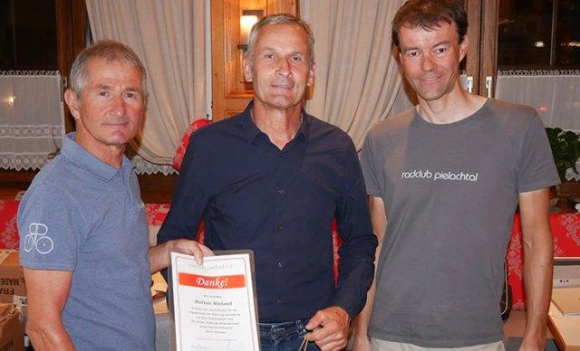 Karl Kendler und Gerhard Trimmel ehren Markus Wieland für seine Verdienst für den Radclub.