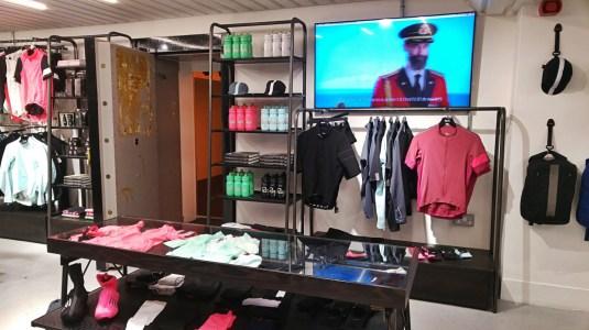 Im Untergrund des Stores ist der Eingang zum Tresor und die neueste,hochfunktionale Mode zu finden.
