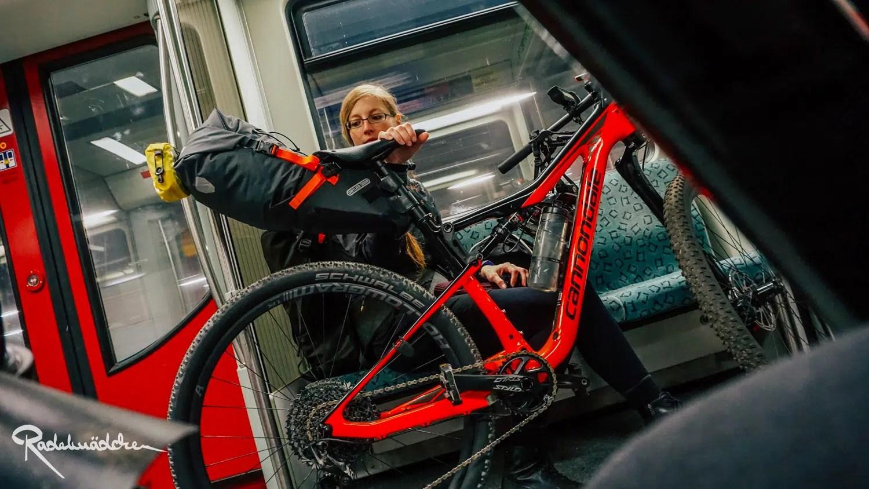 Radelmaedchen mit MTB in der S-Bahn