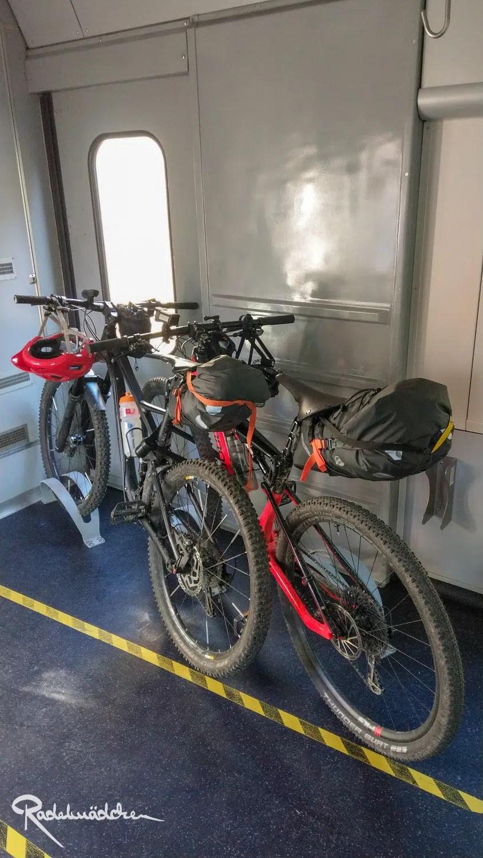 Fahrräder im Zugabteil