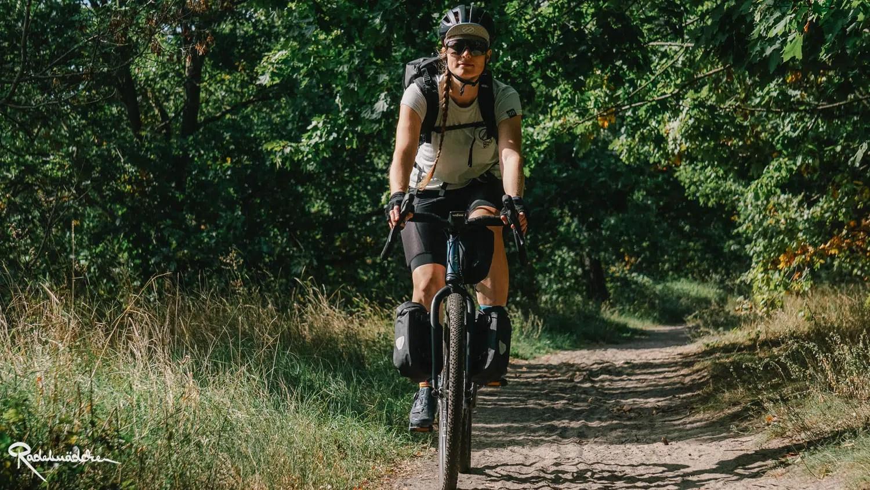Radfahrerin im Schatten auf Weg